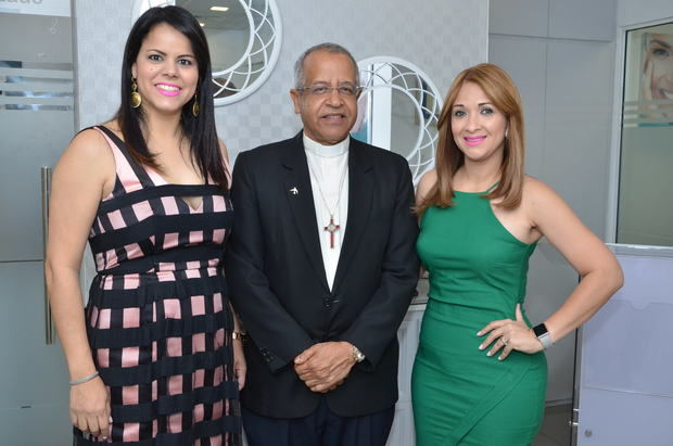 Jenny de Jesús, diácono Frank Luna y Arlenys Reyes.