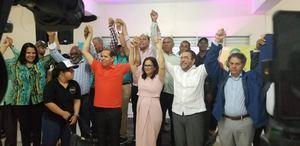 Dirigentes y candidatos en el acto de presentación de la boleta municipal en SDO por Alianza País.