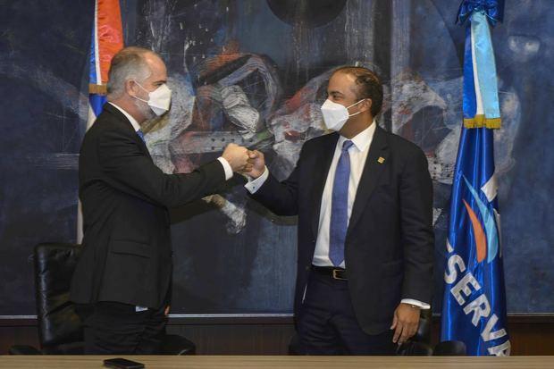 El superintendente de Bancos, Alejandro Fernández W., y el administrador general de Banreservas, durante la rueda de prensa para anunciar la creación de la Cuenta de Ahorros Nómina Inclusiva, en atención a una resolución del organismo regulador.