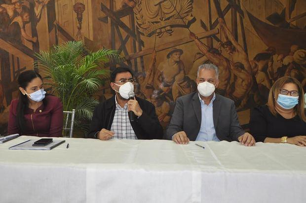 Lía Díaz, senadora de la provincia de Azua; Olmedo Caba Romano, director ejecutivo del INDRHI; Rafael Salazar, director de EGEHID, y Ángela (Grey) Pérez, gobernadora de Azua, durante la firma del acuerdo de pago.