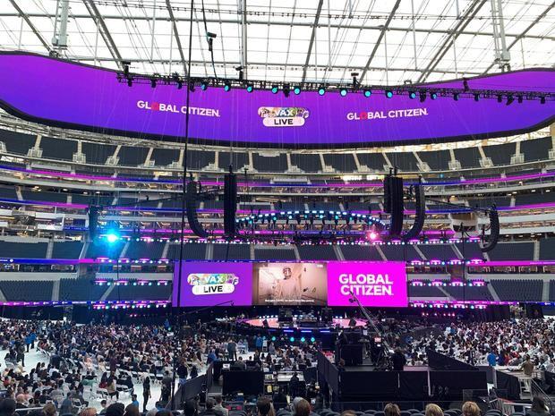 Miles de personas asisten al concierto 'Vax Live', el primer gran evento musical celebrado en EE.UU. desde el inicio de la pandemia, este domingo en el SoFi Stadium de Inglewood, en el condado de Los Ángeles, California.