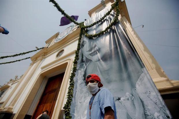 Miembros de la Hermandad de la Parroquia de Nuestro Señor de Candelaria fueron registrados frente a su templo parroquial, en Ciudad de Guatemala. La hermandad no realizará este año las tradicionales procesiones de Semana Santa, debido al veto presidencial para evitar la propagación del virus COVID-19.