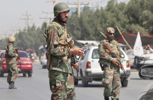 Congresista dice que talibanes impiden salida de aviones con estadounidenses