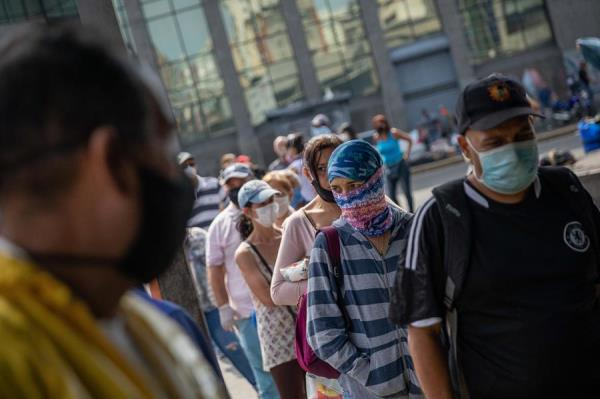 Personas hacen fila para entrar al Mercado de Quinta Crespo en Caracas (Venezuela).