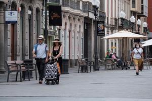 Varias personas con y sin mascarilla pasean por una de las principales calles comerciales de la capital grancanaria, en una imagen de archivo.