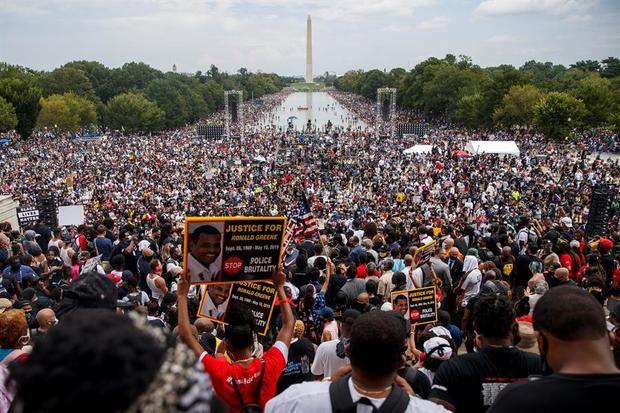 """Manifestantes se congregan en el Lincoln Memorial para realizar una protesta bautizada """"Quita tu rodilla de nuestros cuellos"""", durante la conmemoración del 57 aniversario de la Marcha sobre Washington de Martin Luther King, este 28 de agosto de 2020 en Washington, EE.UU."""