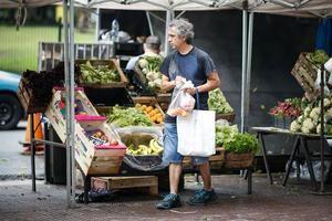 Personas realizan las compras en una feria callejera de venta de frutas y verduras, el 15 de enero de 2020 en Buenos Aires (Argentina). La inflación continuó en niveles 'relativamente bajos' en 2019 en América, que van desde el 1,9 en Perú hasta el 3,8 en Colombia, en un año en el que a pesar de las vicisitudes por la devaluación y la pérdida del poder adquisitivo las políticas monetarias fueron clave, dijeron analistas a Efe.