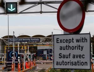 Varios camiones pasan los controles de seguridad de las instalaciones de la terminal del Eurotúnel en la localidad inglesa de Folkestone, en el condado de Kent, en el lado británico de esta monumental obra.