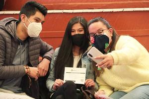 Jóvenes bolivianos posan para una foto con un certificado de vacunación contra la covid-19 hoy, en La Paz, Bolivia.
