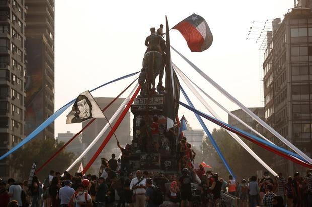 Manifestantes protestan en la céntrica Plaza Italia de Santiago (Chile).