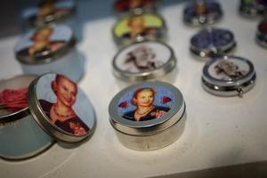 Fotografía fechada el 17 de abril de 2019 que muestra objetos a la venta con la imagen de Eva Perón, en el Museo Evita de Buenos Aires (Argentina).