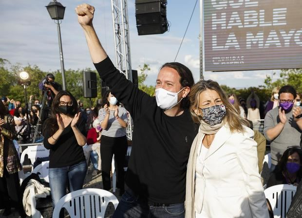 El candidato de Unidas Podemos a la presidencia de la Comunidad de Madrid, Pablo Iglesias y la ministra de Trabajo, Yolanda Díaz, durante el acto de cierre de campaña que la formación morada celebra hoy domingo en el barrio madrileño de Vicalvaro.