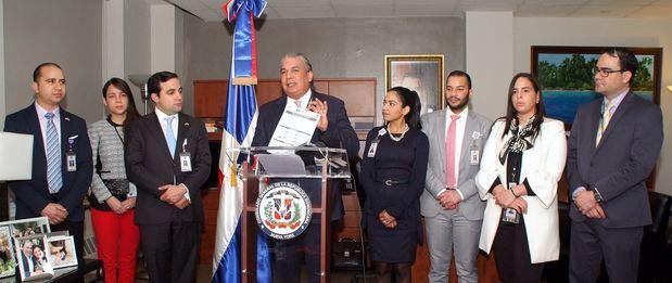 Hijos de migrantes dominicanos en EEUU podrán solicitar becas para posgrado