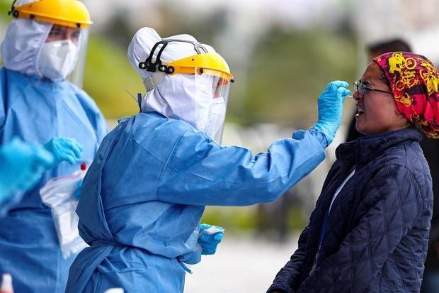 Personal de la secretaria de Salud del Municipio de Quito toma muestras éste jueves, para el test de diagnóstico para coronavirus al personal sanitario que atendrá en el Centro Temporal 'Quito Solidario'.