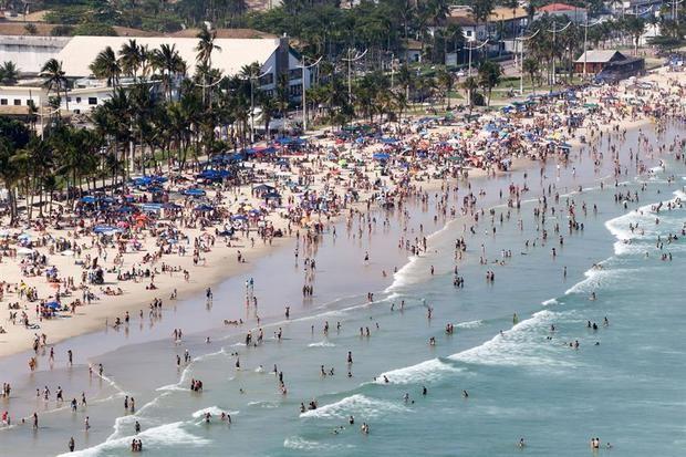 Brasil registra 447 muertes por Covid -19 en una jornada de playas abarrotadas