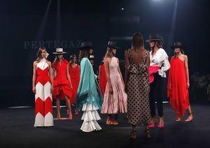 Varias modelos lucen algunas de las creaciones de la firma Pertegaz, en el marco de la Mercedes-Benz Fashion Week Madrid.