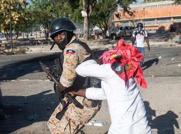 Un policía fue registrado este lunes al enfrentarse a un manifestante en Champs Mars, cerca del Palacio Nacional, en Puerto Príncipe, Haití.
