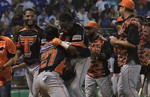 Alen Hanson Toros del Este corre por las bases al batear un jonrón este martes durante el octavo partido de la serie final del Torneo de Béisbol Invernal entre Tigres del Licey y Toros del Este, en el estadio Quisqueya Juan Marichal de la ciudad Santo Domingo.
