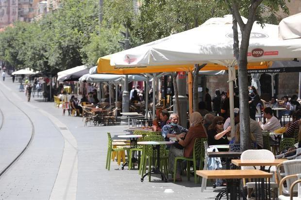 Personas sentadas en un café en Jerusalén, Israel.