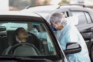 Un sanitario realiza una prueba gratuita de PCR de covid-19 en Sao Paulo, Brasil