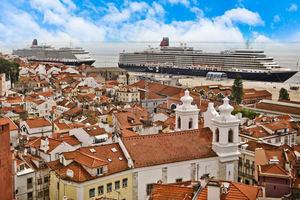 Un par de cruceros en el puerto de Lisboa.