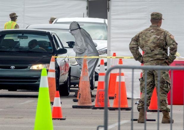Los miembros de la Guardia Nacional del Ejército de Florida conducen hisopos nasales y pruebas de Coronavirus en el lugar de prueba en el estacionamiento del estadio Super Bowl de Hard Rock Cafe Miami en Miami, Florida, EE. UU.