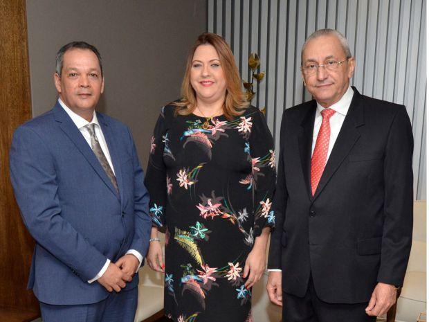 Dr. Mairení Rivas pone en circulación libro sobre seguros