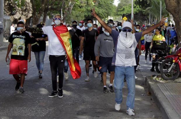 Manifestantes fueron registrados este jueves al protestar en contra del Gobierno del presidente Iván Duque, en Barranquilla, Colombia.