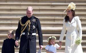 En la imagen, el príncipe Guillermo y Kate Middleton, los duques de Cambridge, junto a sus hijos, el príncipe George y la princesa Charlotte.