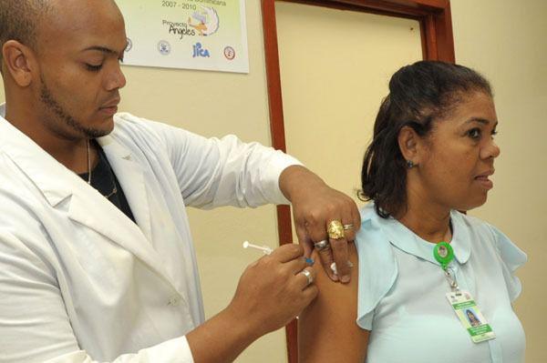 Ciudadanos salen en busca de la vacuna contra la difteria