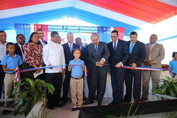 Danilo Medina inaugura escuela de 25 aulas en Cristo Rey