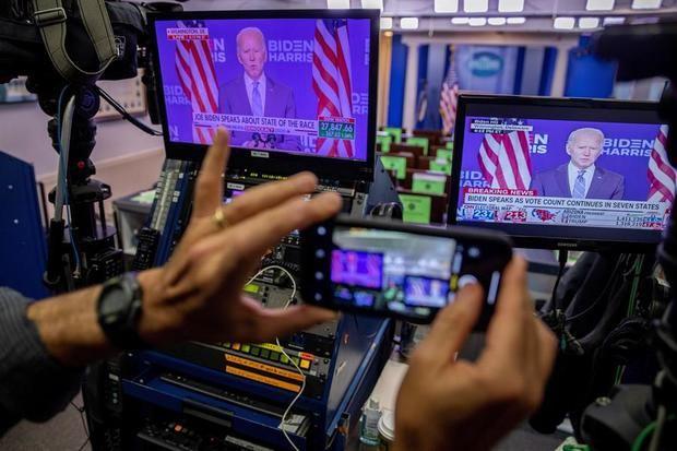 Declaraciones del candidato presidencial demócrata Joe Biden se muestran en un monitor en la sala de conferencias de prensa de la Casa Blanca en Washington, DC, EE. UU.
