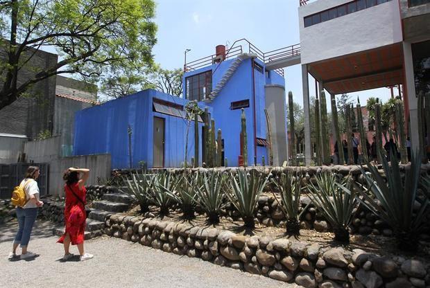 Dos personas en el Museo Casa Estudio Diego Rivera y Frida Kahlo, en Ciudad de México (México).