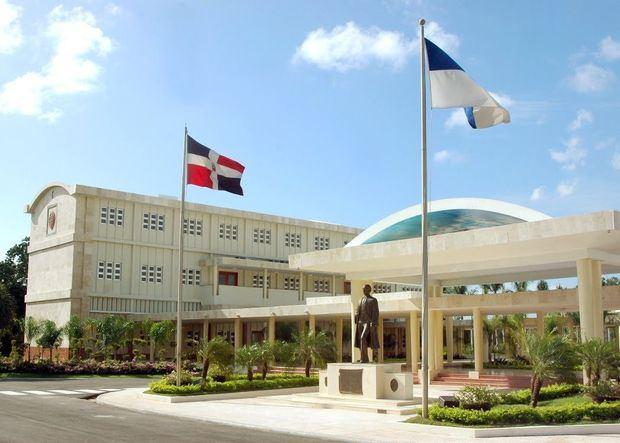 UASD inviste a 1.148 nuevos profesionales