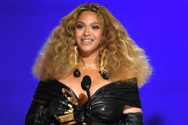 Fotografía facilitada este domingo por The Recording Academy en la que se registró a la cantante Beyonce al recibir el premio a la Mejor Interpretación de R&B por 'Black Parade', durante la 63a ceremonia anual de los premios Grammy, en el Centro de Convenciones de Los Ángeles, en Los Ángeles, California, EE.UU.