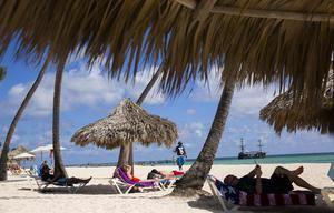 Turistas disfrutan de la playa Punta Cana, República Dominicana.