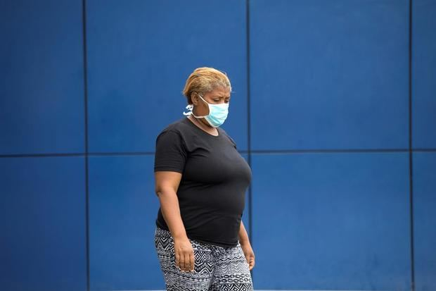 Una mujer llega al hospital militar Ramón de Lara, donde se encuentra internado un turista italiano de 62 años, que está en aislamiento, tras haber sido diagnosticado como el primer caso de enfermedad de coronavirus en el país, este domingo en Santo Domingo.