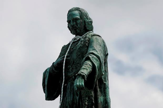 Manifestantes intentaron con lazos arrancar la cabeza del monumento a Cristóbal Colón en la Ciudad de Guatemala, Guatemala.
