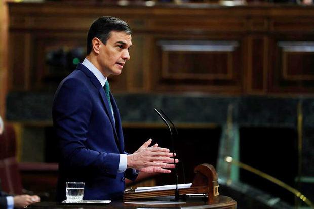 España acelera la vacunación, aumenta las ayudas y mantiene las restricciones
