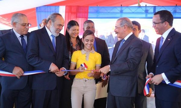 Presidente inaugura politécnico en el municipio Esperanza y escuela en Elías Peña