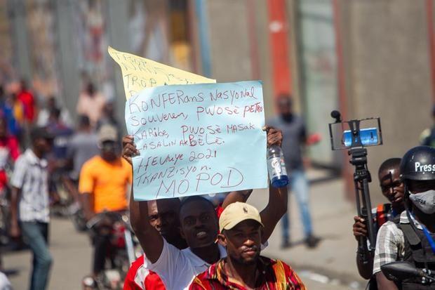 Centenares de personas se manifiestan en una protesta antigubernamental, hoy en Puerto Príncipe, Haití.