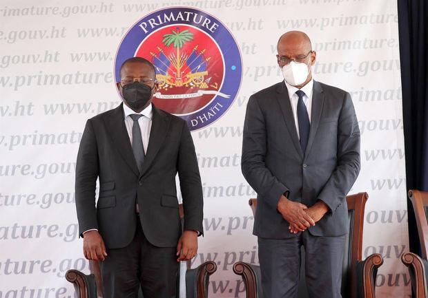 El nuevo primer ministro, Ariel Henry (d), y su antecesor, Claude Joseph, guardan un minuto de silencio durante la ceremonia de toma de posesión del nuevo Gobierno haitiano hoy, en Puerto Príncipe, Haití.