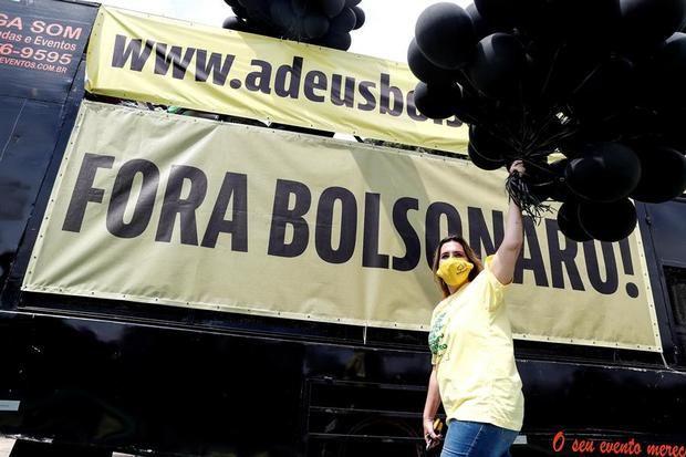 Integrantes del Movimiento Brasil Libre participan en una caravana en apoyo a la petición de realizar un juicio político al presidente de Brasil, Jair Bolsonaro.