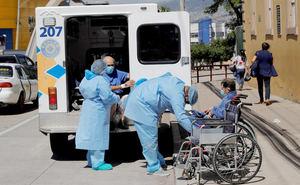 Personal médica atiende a dos hombres con sospechas de padecer covid-19, afuera del Hospital San Felipe hoy, en Tegucigalpa, Honduras.