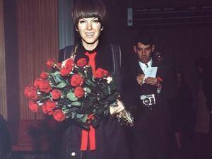 La creadora de la minifalda, Mary Quant, a su llegada a Madrid en 1968 para presentar sus modelos.