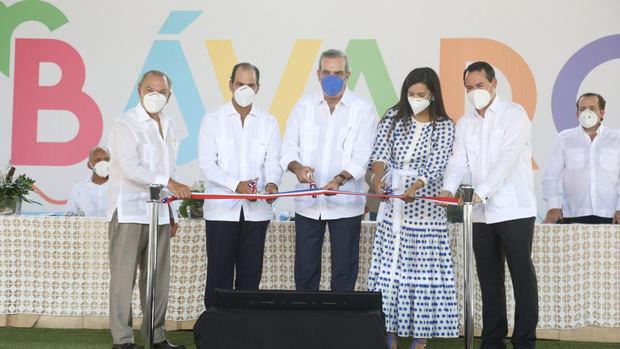 Presidente Luis Abinader encabezó este domingo la inauguración de una plaza comercial en Punta Cana.