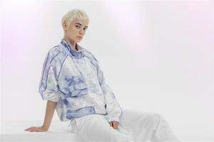 Fotografía cedida por Puma, marca que tiñe textiles mediante el uso de bacterias como una de las líneas de producción en las que investiga.