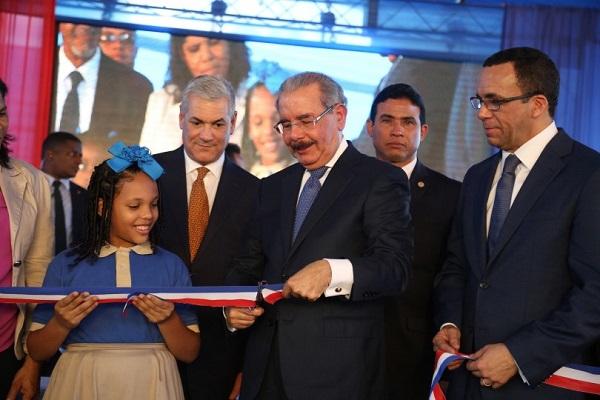 Danilo Medina inaugura escuela de 26 aulas en Villa Mella