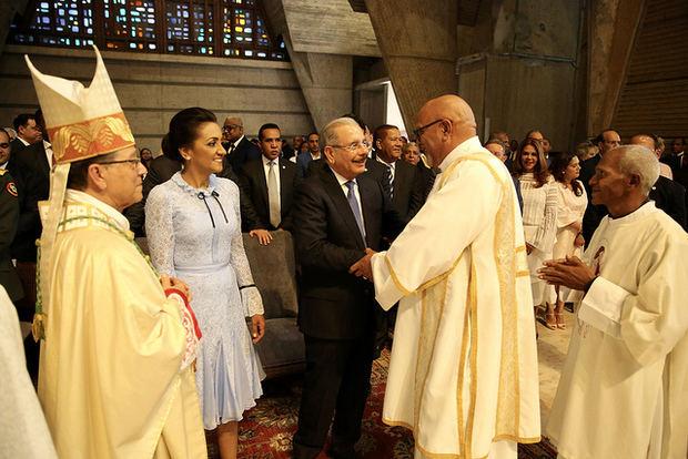 Danilo Medina y Cándida Montilla de Medina participan en misa Día Nuestra Señora de la Altagracia