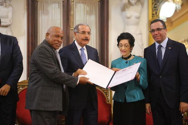 El presidente Danilo Medina entregó este viernes el Premio Nacional de Periodismo 2018 a la veterana comunicadora María del Carmen Brusiloff Ugarte (Carmenchu), en reconocimiento a sus más de 50 años de labores con estricto apego y respeto a los principios éticos.
